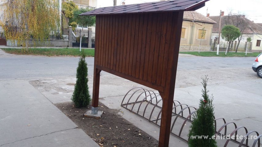 Fából készült hirdetőtábla