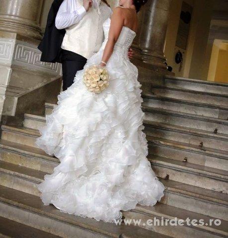 Gyönyörű uszályos fodros menyasszonyi ruha - ruha 75b153e375