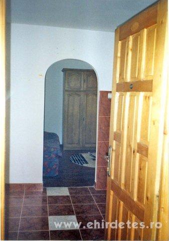 Kulonbejaratu 3 szobas lakas egyik szobaja kiado