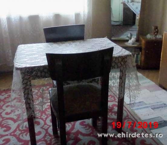 Masszív fa vintage kávézóasztal  két kárpítozott székkel